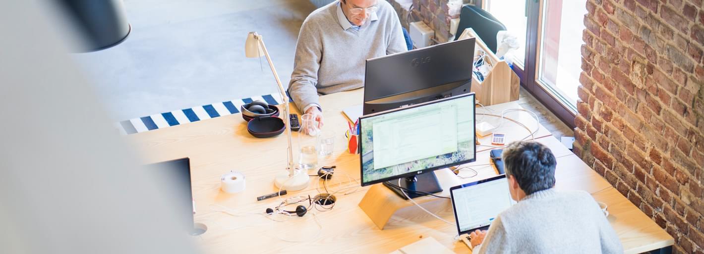 Deux hommes travaillant sur ordinateur